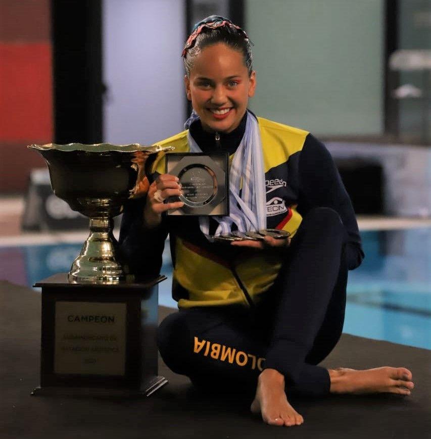 Mónica Arango trofeo